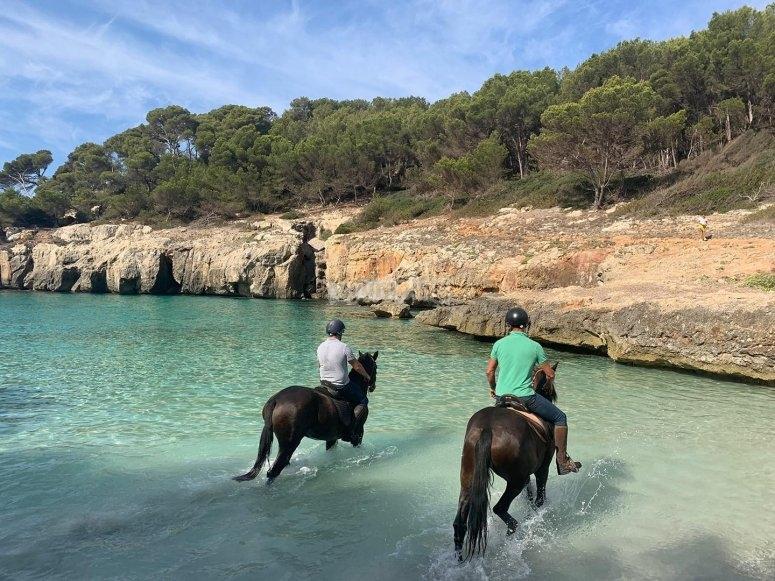 穿越Cala Fustam -999碧绿的水域骑马-穿越Cala Fustam -999的海滩骑马-Menorca骑手团