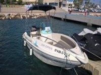Barca a motore per eseguire le pratiche di navigazione nel porto di Garrucha