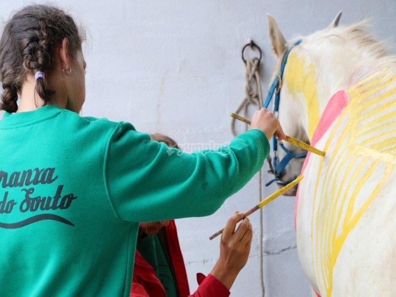 Interactuando con el caballo en centro hípico de Mera de Baixo