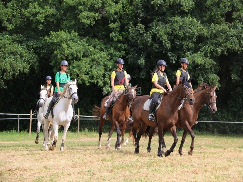 Dando los primeros paseos a caballo en Mera de Baixo