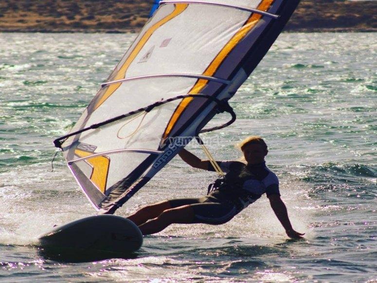Istruttore di windsurf a Mil Palmeras Beach