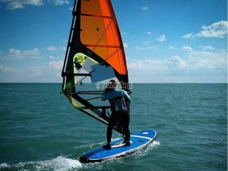 Migliora la tecnica del windsurf a Playa de Mil Palmeras