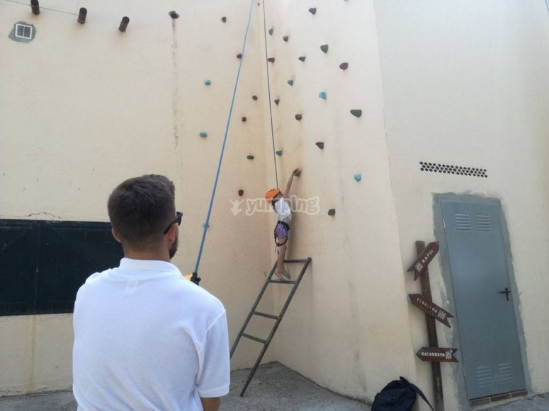 在马贝拉(Marbella)的攀岩墙上攀登