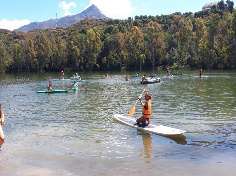 Disfrutando del paddle surf en el río