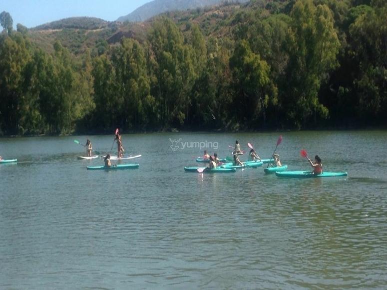 Grupo de amigos en piraguas en el río
