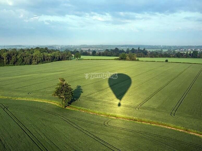 穿过建筑物的气球视图
