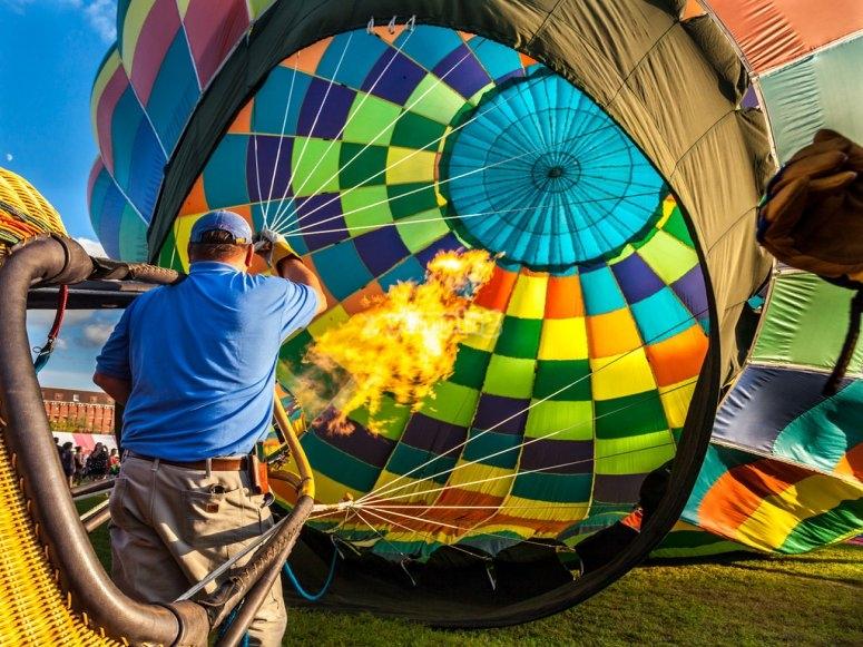 通过塞维利亚的热气球飞行