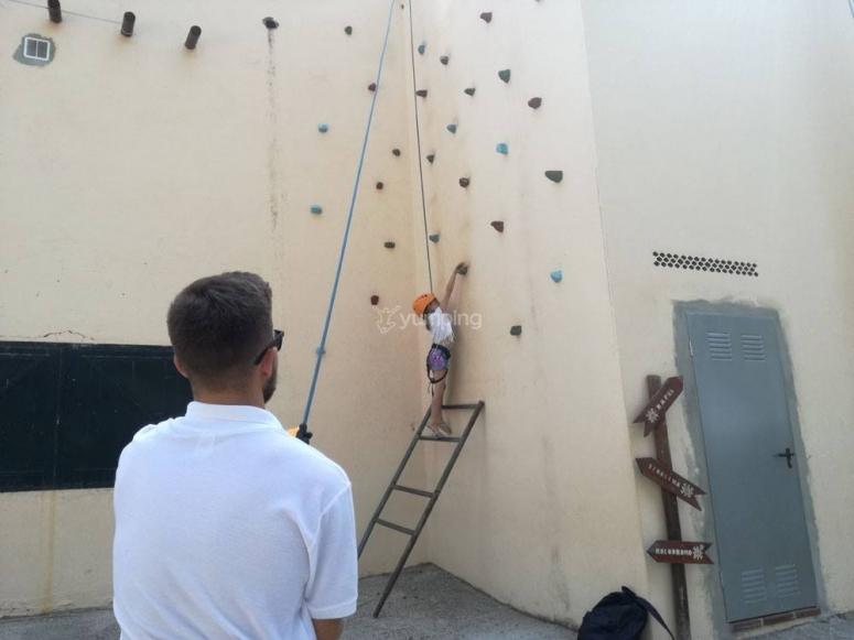 Pinitos como escaladora en nuestras rocódromo en Nargüeles