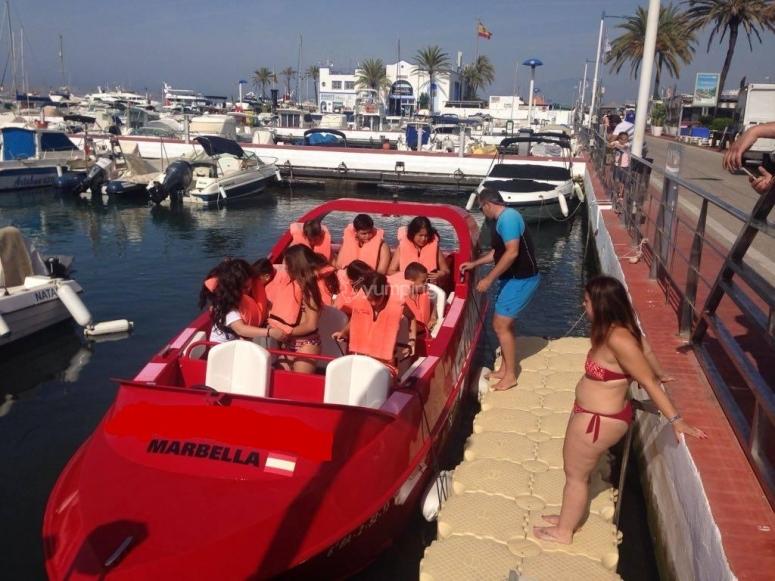 Listos para el tour en jet boat por el Puerto Deportivo de Marbella