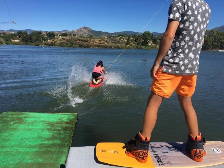 Realizando esquí acuático en el Lago de Las Medranas
