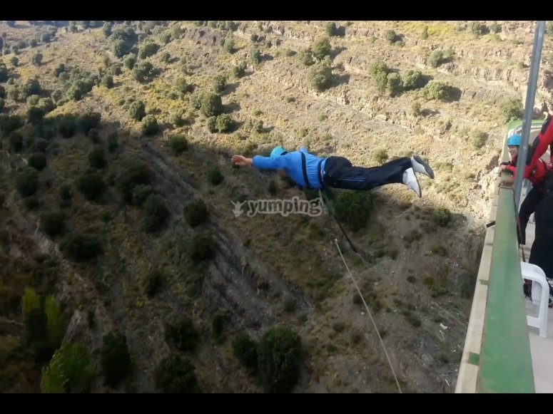 Bungee jumping dal ponte Enciso