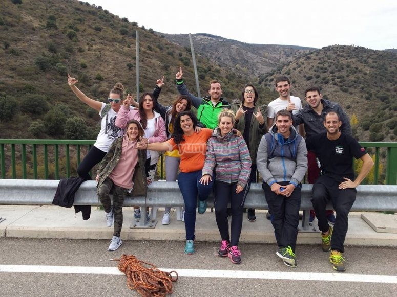 Gruppo di ponticelli pronti a superare il ponte Enciso