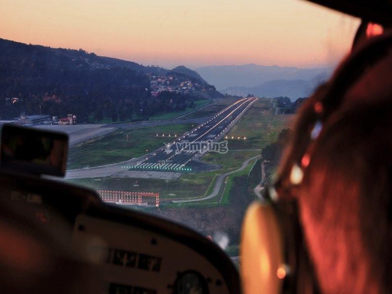 日落时在飞机上飞越维哥