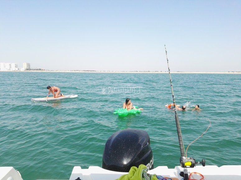 Paseo en barco y tabla de SUP