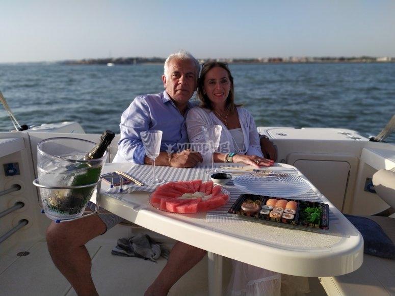 Sushi y lounge music a bordo del barco