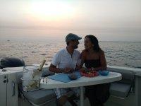 情侣在加的斯湾乘船游览2小时