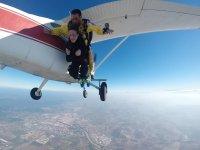 Saltando desde la avioneta con instructor