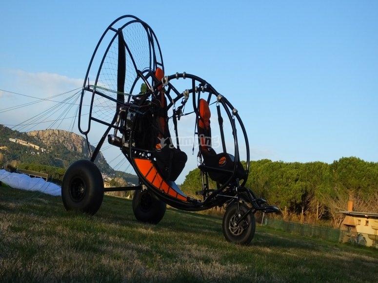 通过Estartit滑翔伞