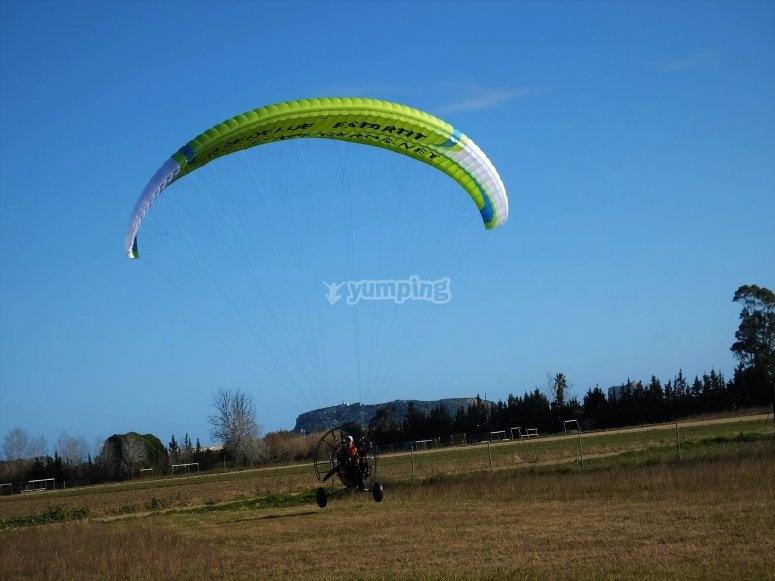 滑翔伞飞行-Paramotor的儿童飞行Massif delMontgrí