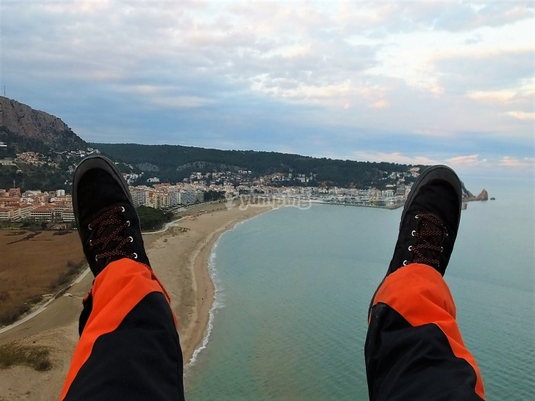 乘飞机在Estartit海滩上乘Paramotor