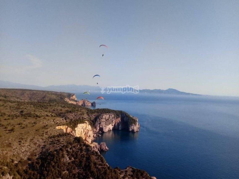 l'Estartit悬崖的滑翔伞