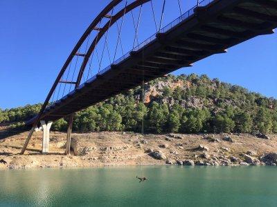 蹦极从30米长的穆拉桥跳下