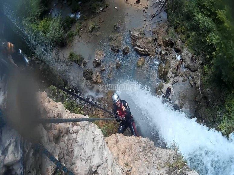 Descenso de rápel de unos 25 metros