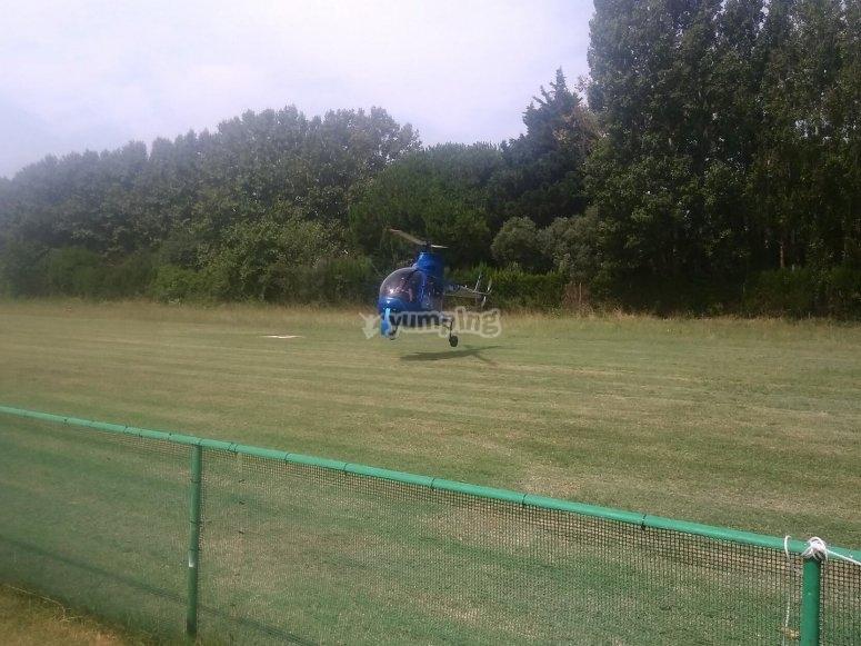 Helicóptero aterrizando tras paseo por la Costa Brava
