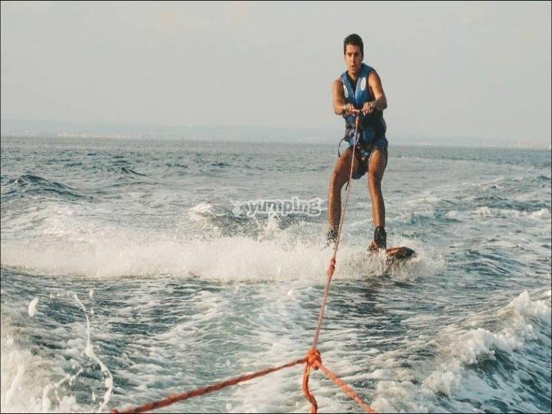 在地中海的水上滑雪橇