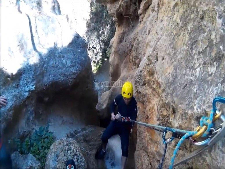 在Aguas Marinas峡谷练习垂降