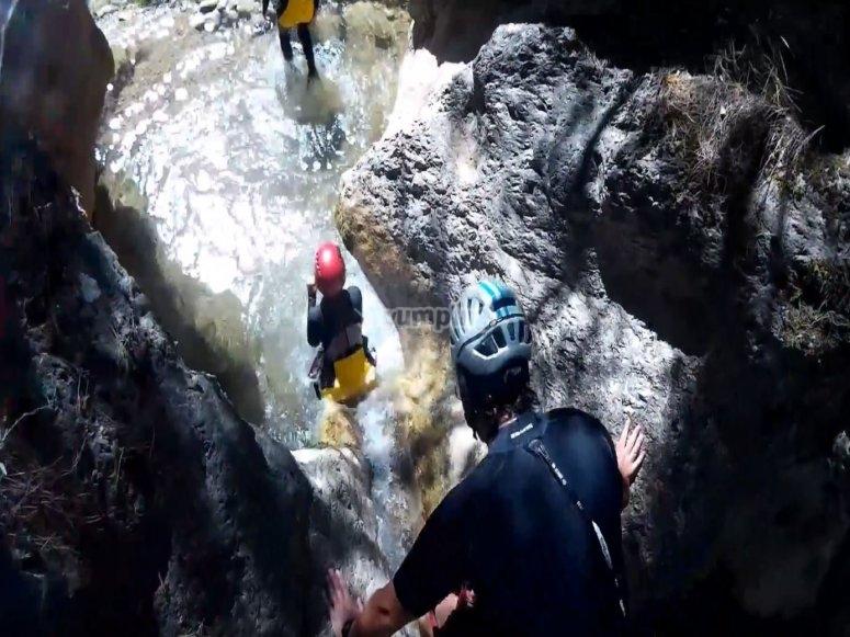 峡谷中的滑水道