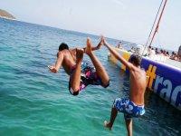 两个男孩跳进水中
