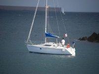 男子帆船在海上帆船