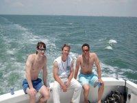 tre ragazzi che navigano in una barca