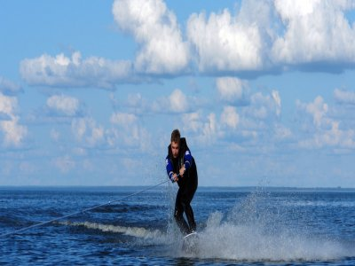在Manga del Mar Menor开始滑水比赛30分钟