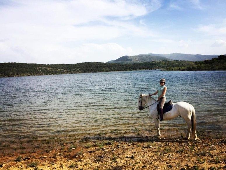 Paseando a caballo por río Lozoya
