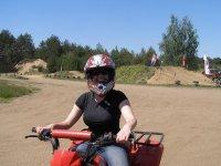 ragazza sorridente su un quad