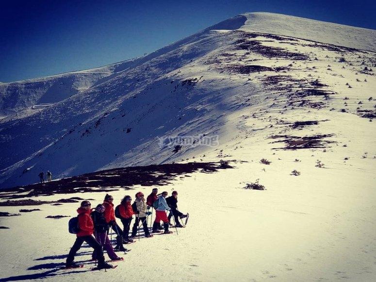 Camino raquetas de nieve por Circo de Becedas