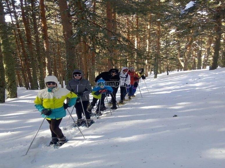 Grupo de senderismo invernal por Valcotos