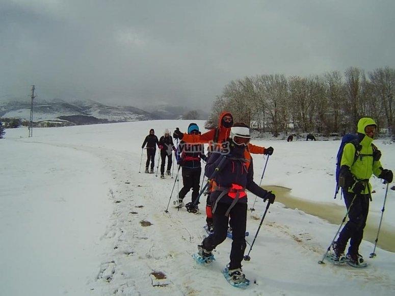 Haciendo frente al frío durante recorrido en raquetas de nieve por Valcotos
