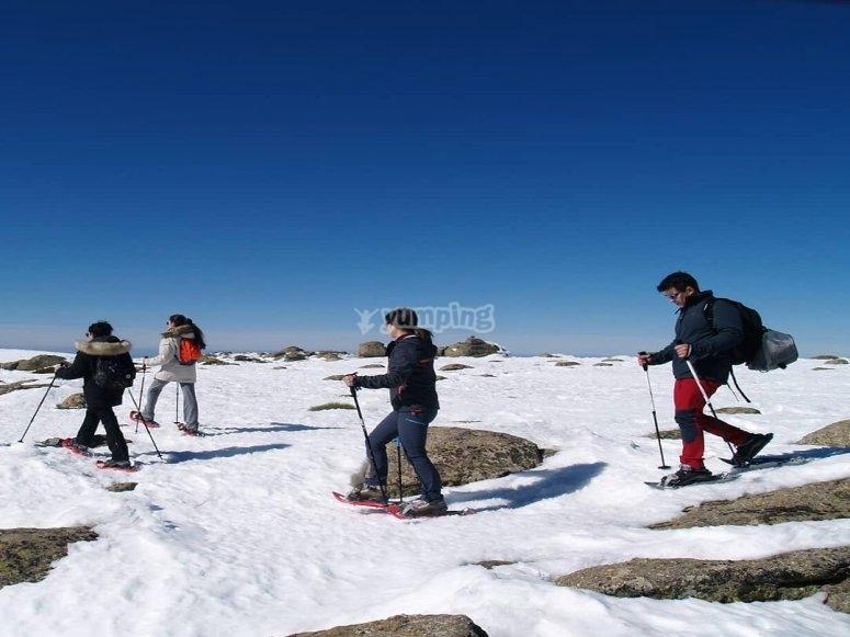 Afable paseo en raquetas de nieve por las sierras madrileñas