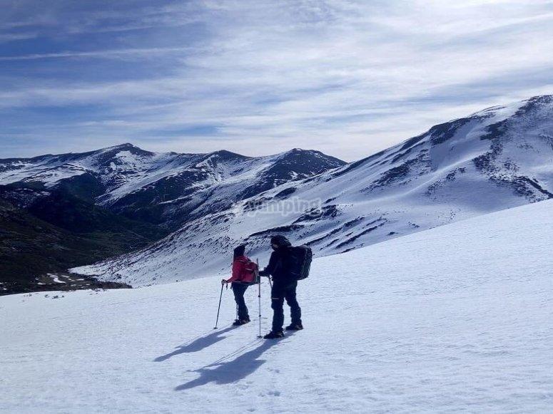 Conoce la Sierra de Guadarrama con una travesía en raquetas de nieve