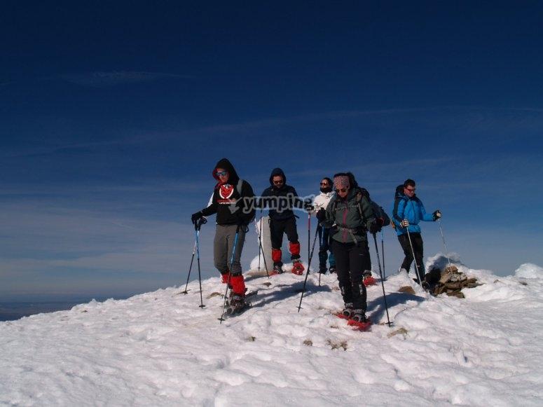 首脑会议在雪山的Canchal Negro与雪鞋