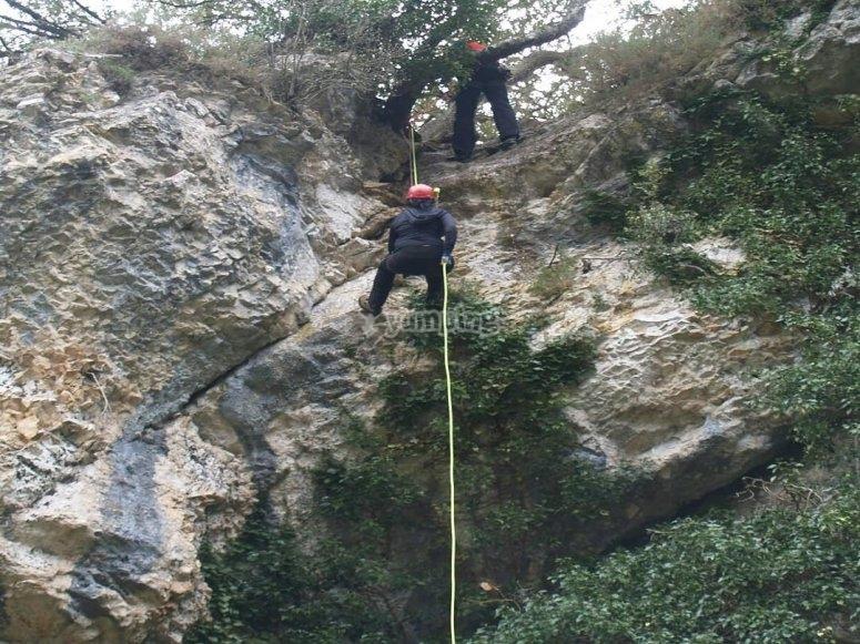 Descendiendo desde 30 metros de altura en Espeja de San Marcelino