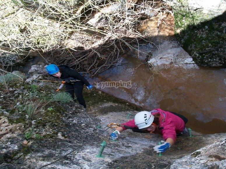 Complicado tramo de la vía ferrata de Soria