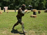 corriendo en un campo de paintball