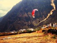 Volando en parapente sobre la isla