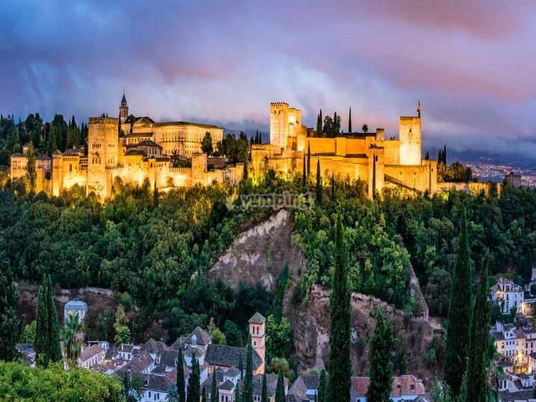 Alhambra iluminada por la noche