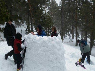 Raquetas de nieve y construir iglú en Navacerrada