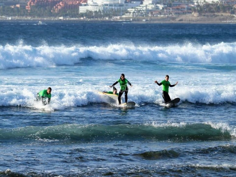 Surf en grupo Tenerife